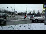 В центре Красноярска дорожники косили газонокосилками траву под снегом. Вопрос один З А Ч Е М ?!....