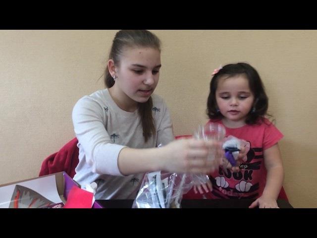 Катя и Даша распаковывают учебный набор для проведения опытов CHEMISTRY KIDS