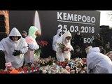 Люди несут цветы и плачут: акция в память о погибших в Кемерово проходит на Манежной площади Москвы