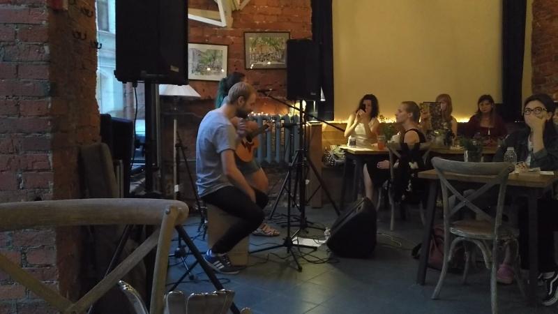 Ericka Janes - отрывок выступления в кафе Стакан