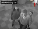 сотрудник ГЗ ОВО выхлестнул каской нападавших а напарник сбежал