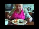 Очень смешно бабушка кушает роллы...
