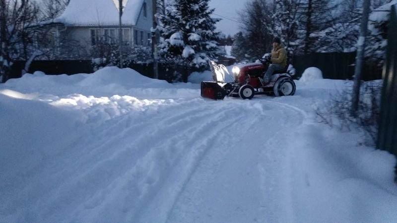 Уборка снега снегоуборщиком Митракс Т10. Снег рыхлый около 15 см высотой.
