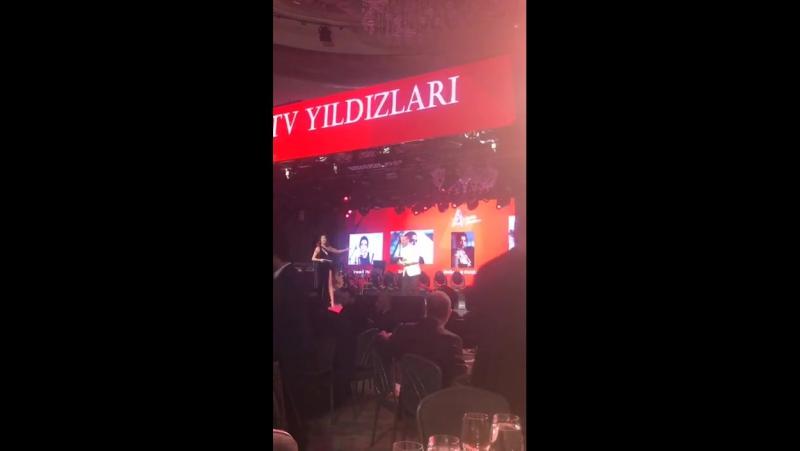 Мелиса Асу на церемонии награждения от издания Ayaklı Gazete.