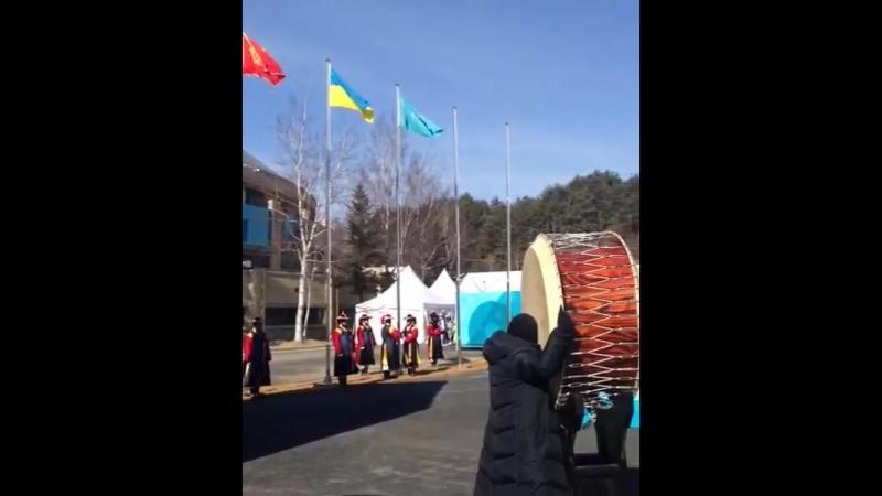 Государственный флаг Казахстана в олимпийской деревне в Пхёнчхане. АлғаҚазақстан 🇰🇿