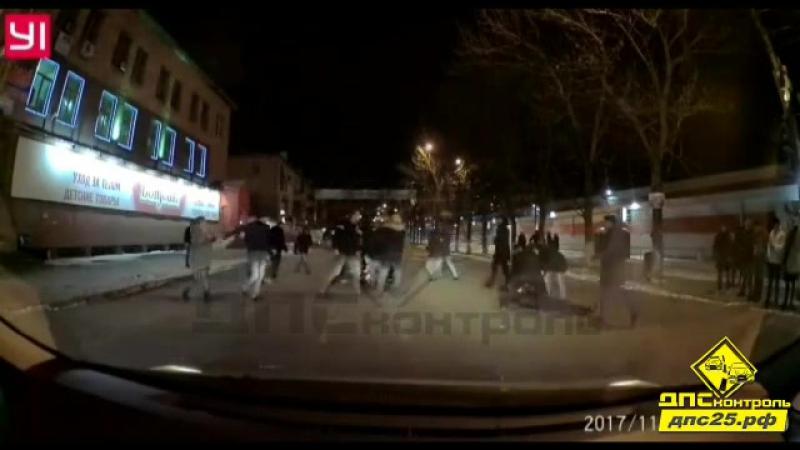 Владивосток Сообщение от подписчика: Около часа ночи на Спортивной, возле известного Кристалла синие устроили бойню на дороги.