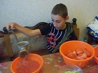 Сегодня Наиль помогал мне крутить помидоры.