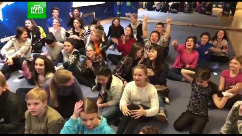 Жизнь на базе ТыСупер: участники поют песню We Will Rock You