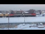 Дети, рискуя своими жизнями, скатываются с жд путей прямо перед поездом