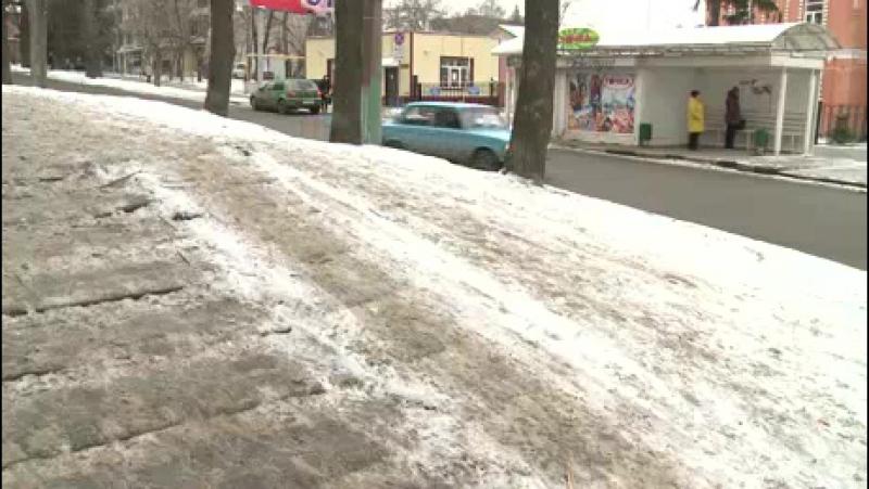 Лед на лестнице на Красной заставляет пешеходов выходить на дорогу