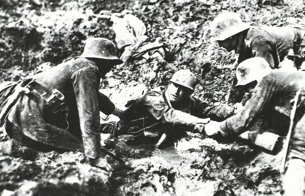 Немецкие солдаты помогают французу, застрявшему в болоте в Вердене. Первая мировая, 1916 год.