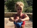 Бритни Спирс показала фанатам как поддерживает свою спортивную фигуру.