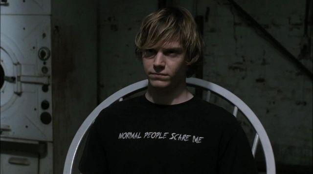 парень в футболке с надписью normal people scare me