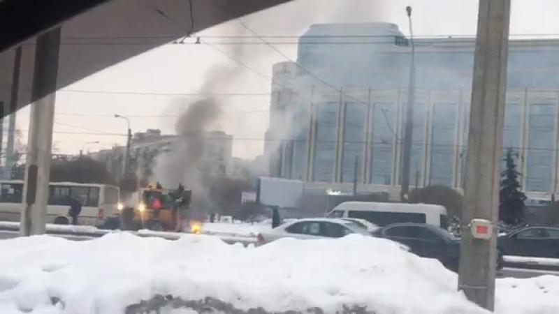 Экскаватор тушит пожар снегом