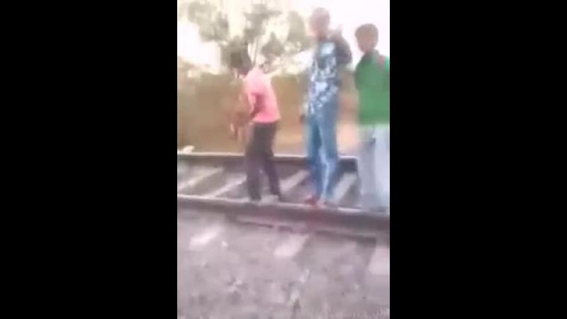 Поезд дал ответный удар Real Train Accident Boy Death Caught on Cam