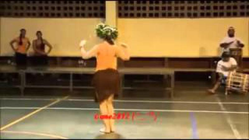 Шикарно танцует попой