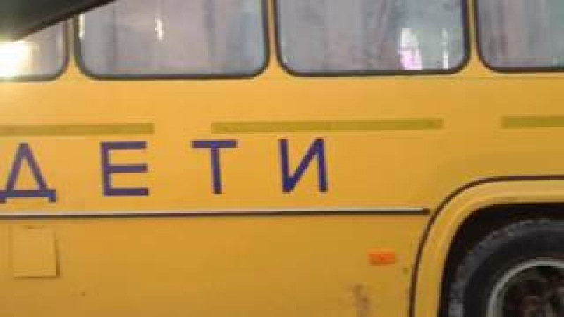Пермские школьники толкают автобус Пермь Гознак