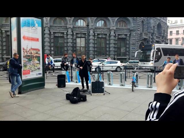 Круто Играет на скрипке у метро в СПБ
