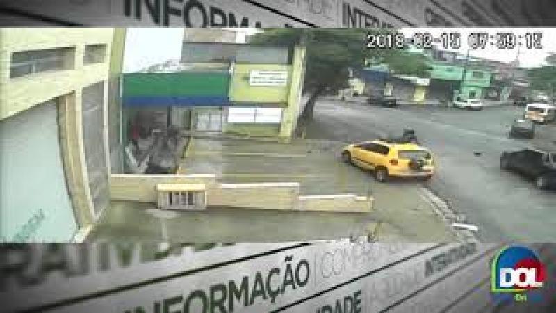 Motoqueiro é atropelado e fica em cima do carro