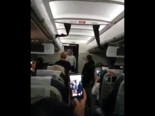 Влади Блайберг успокоил взволнованных поломкой самолета пассажиров, спев им песню