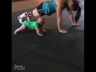 Малыш учится отжиматься вместе с мамой