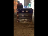 Выгрузка фуры с краской в ведрах по 25 кг