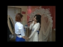 Невеста поет песню для мамы на свадьбе.