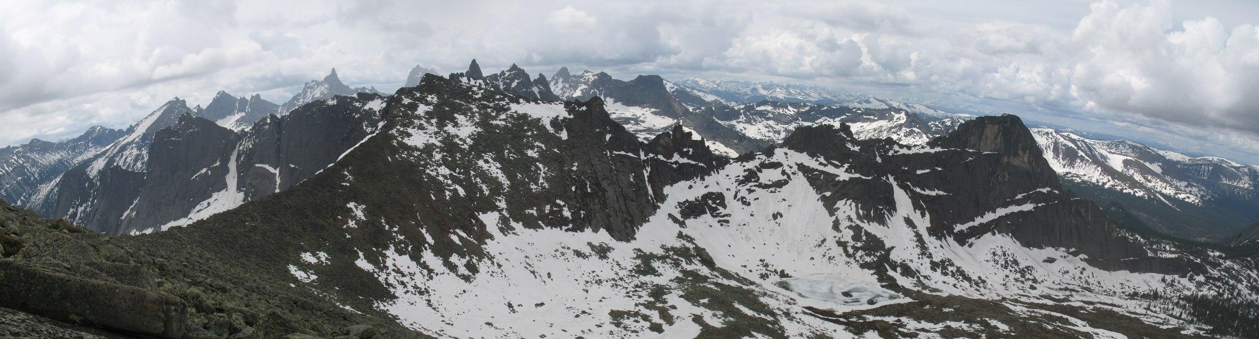 Панорама с траверса Перевальной. На фото перевал НКТ (слева), перевал Сказка (правее).