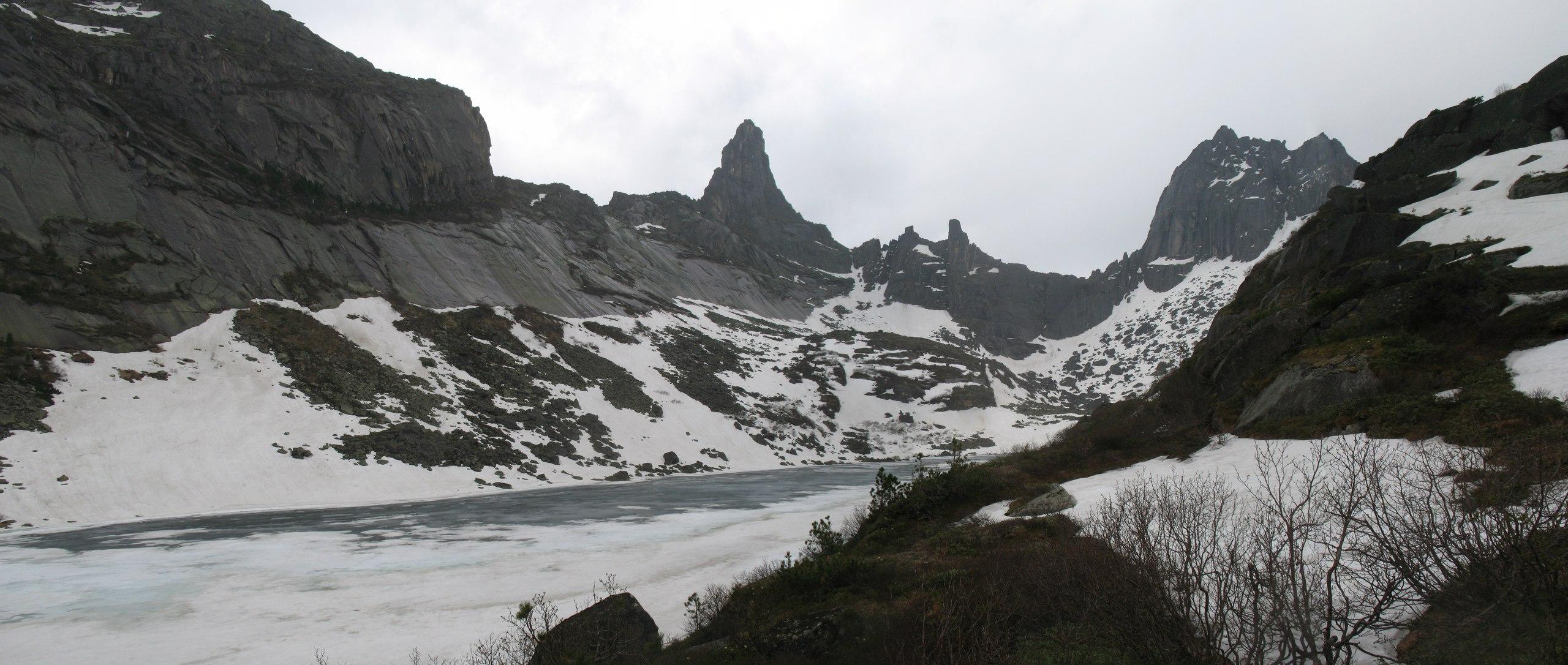 Озеро горных духов, пики Звездный и Птица