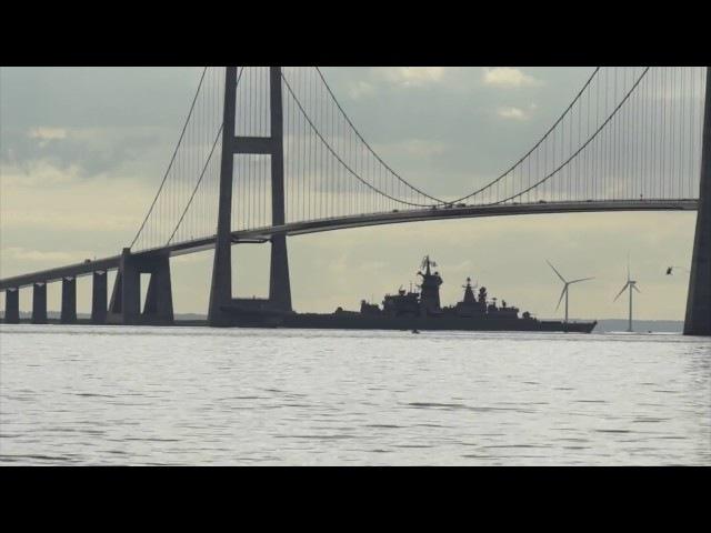 АПЛ ТК-208 «Дмитрий Донской» и крейсер «Пётр Великий» проходят мост
