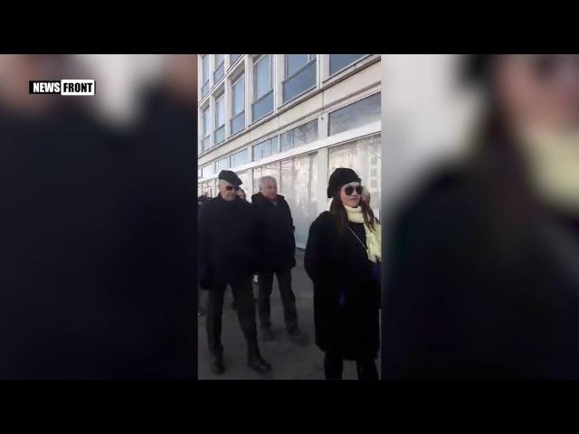 В Германии выбирают президента России Очередь на входе в диппредставительство в Берлине
