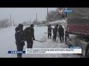 На Луганщині рятувальники витягують машини із снігового полону