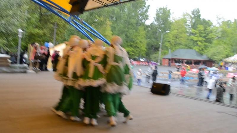 2014г татарский танец от гостей на Сабантуе г Новосибирск ЦП