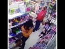 Воровка в магазине попала в объектив видеокамеры в момент кражи в Пятигорске