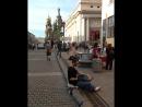 Музыкант на набережной канала Грибоедова играет на тэнк-драме