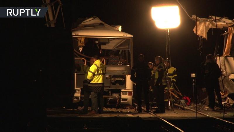 Видеокадры с места столкновения школьного автобуса и поезда во Франции, в котором погибли 4 ребёнка