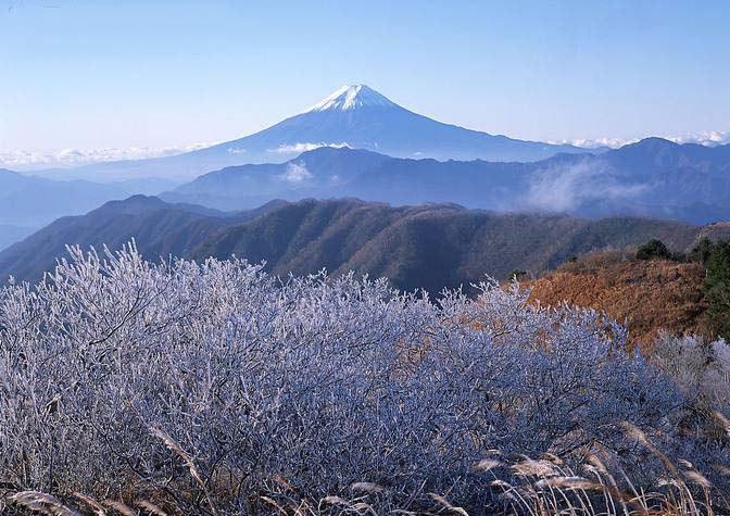 Фудзияма в осеннем пейзаже
