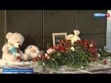 В Орске, куда летел разбившийся самолет, люди несут цветы и свечи к стихийным мемориалам