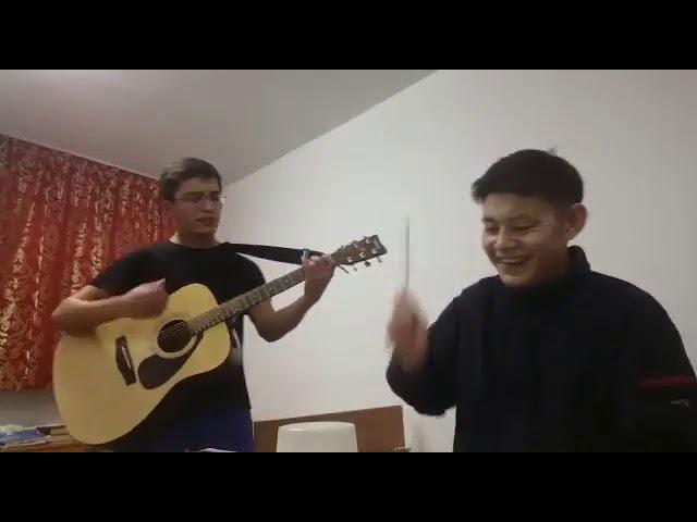 Китайские палочки и гитара. Пацаны классно поют Медлячок - Баста.