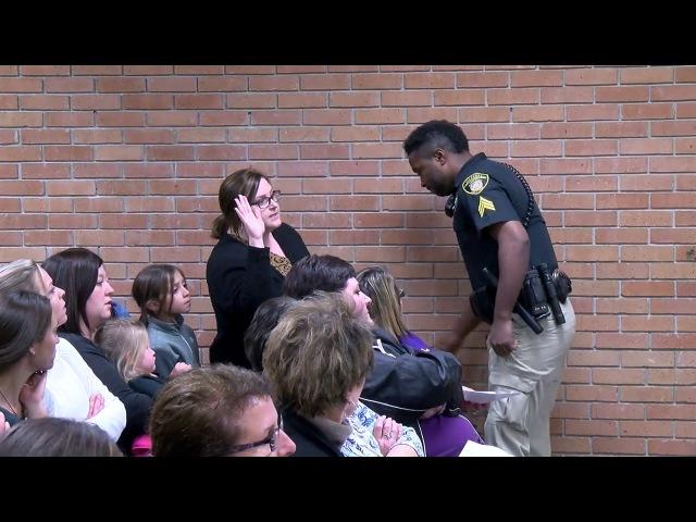 Преподаватель в Луизиане была закована в наручники и уведена со школьного собрания после жалобы на низкую зарплату. Vermilion Teacher escorted out of school board meeting in handcuffs
