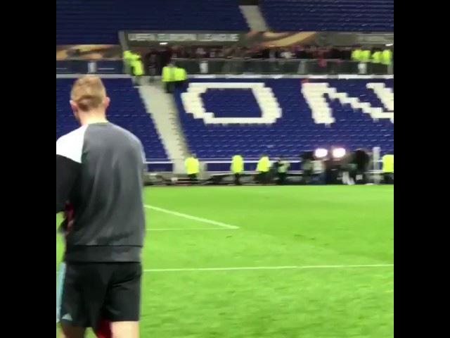 Matthijs de ligt gaat na afloop in Lyon nog even langs supporters
