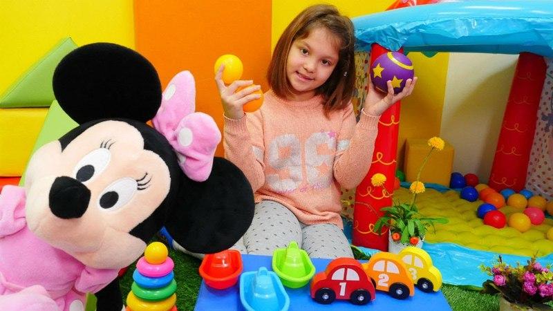 Irmak Minnie Mouse ile parka gidiyor. Çizgi film oyuncakları