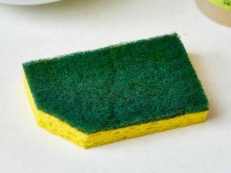 Не так давно проводились исследования, которые еще раз подтвердили тот факт, что губку для мытья посуды нужно менять не реже одного раза в неделю. Даже в том случае, если вы тщательно промываете ее после использования с содой, уксусом или другим средством