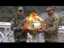 Вот это другое дело, молодцы ! Пакистан и Индия на границе обмениваются подарочными сладостями, отличная история.