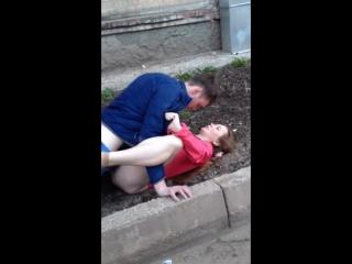 Секс бомж во дворе видео