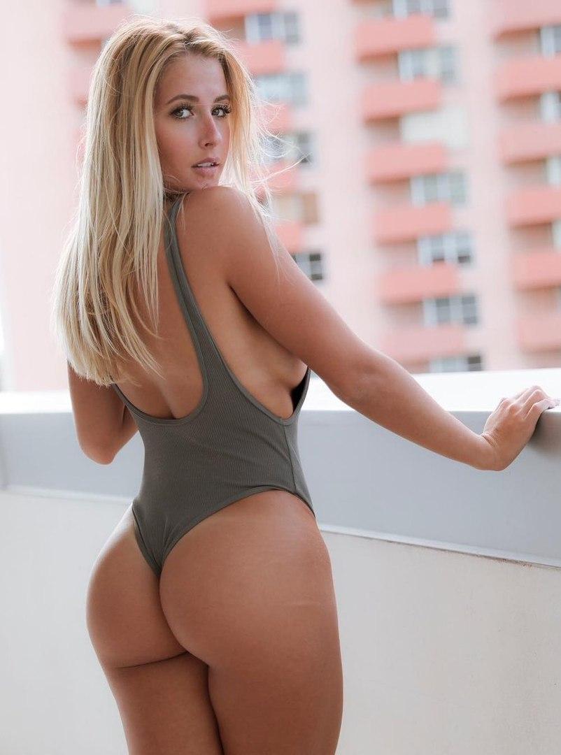 Hot busty Babe Dreier am Pool