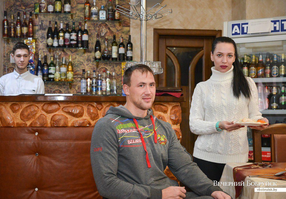 Андрей Ткачук в кафе.