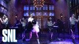 Выступление Cardi B с песнями «Bodak Yellow» и «Bartier Cardi» на шоу «SNL»