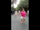 девочка со скакалкой виртуозно выплясывает