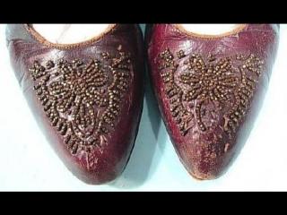 Просто факт- Крымская татарка давала понять сватам, нравится ей парень или нет, с помощью обуви
